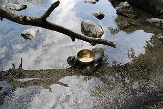 Trauer Klangschalen begleiten Wasser