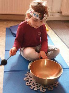 Kind bei Morgenkreis mit Klangschale
